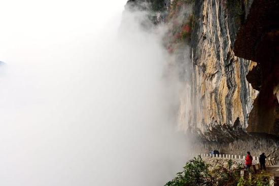 """重庆双坪村的""""悬崖天路"""""""